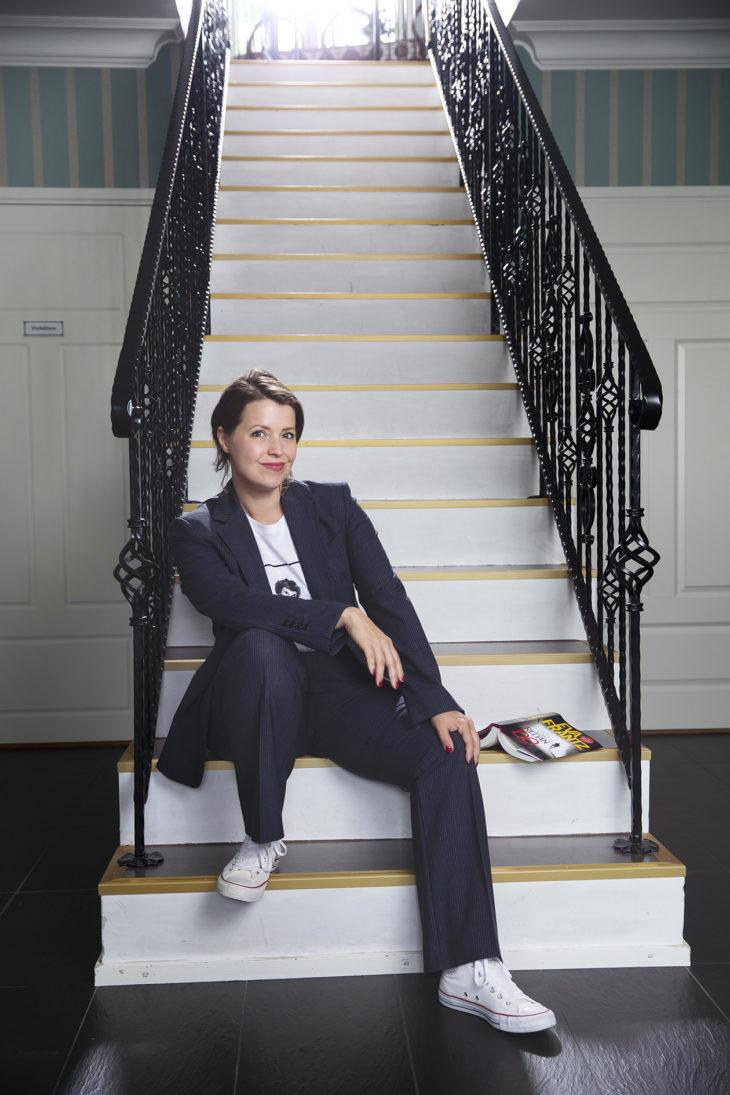 Täydellisesti istuvan Andiatan jakkupuvun Eva Frantz löysi espoolaiselta kirpputorilta. Kööpenhaminasta ostetussa T-paidassa on Evan idolin Astrid Lindgrenin kuva. – Tätä asua käytän usein, kun käyn kouluissa puhumassa kirjoittamisesta ja kirjailijan työstä.