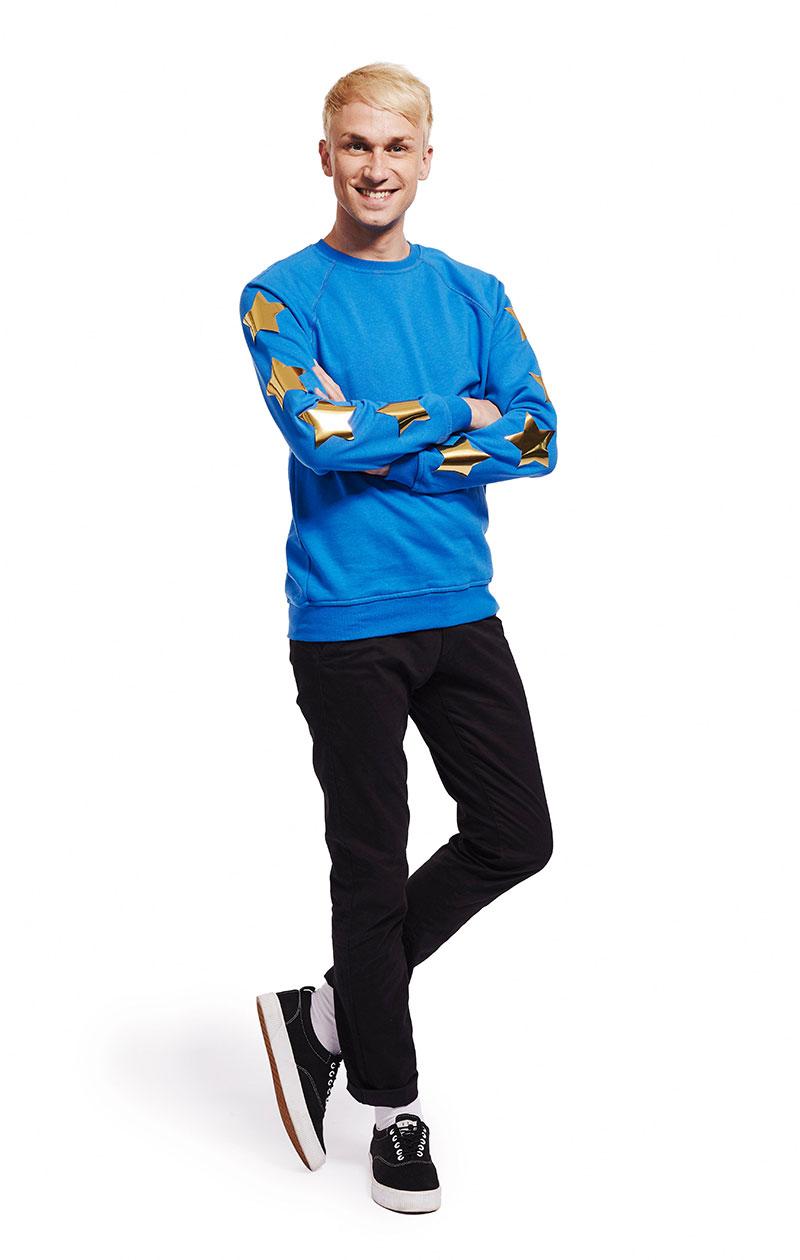 Christoffer Strandberg kultaisin tähdin koristellussa sinisessä paidassa.