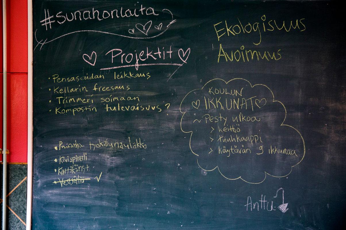 Taululle on kirjattu yhteisön työt ja arvot.