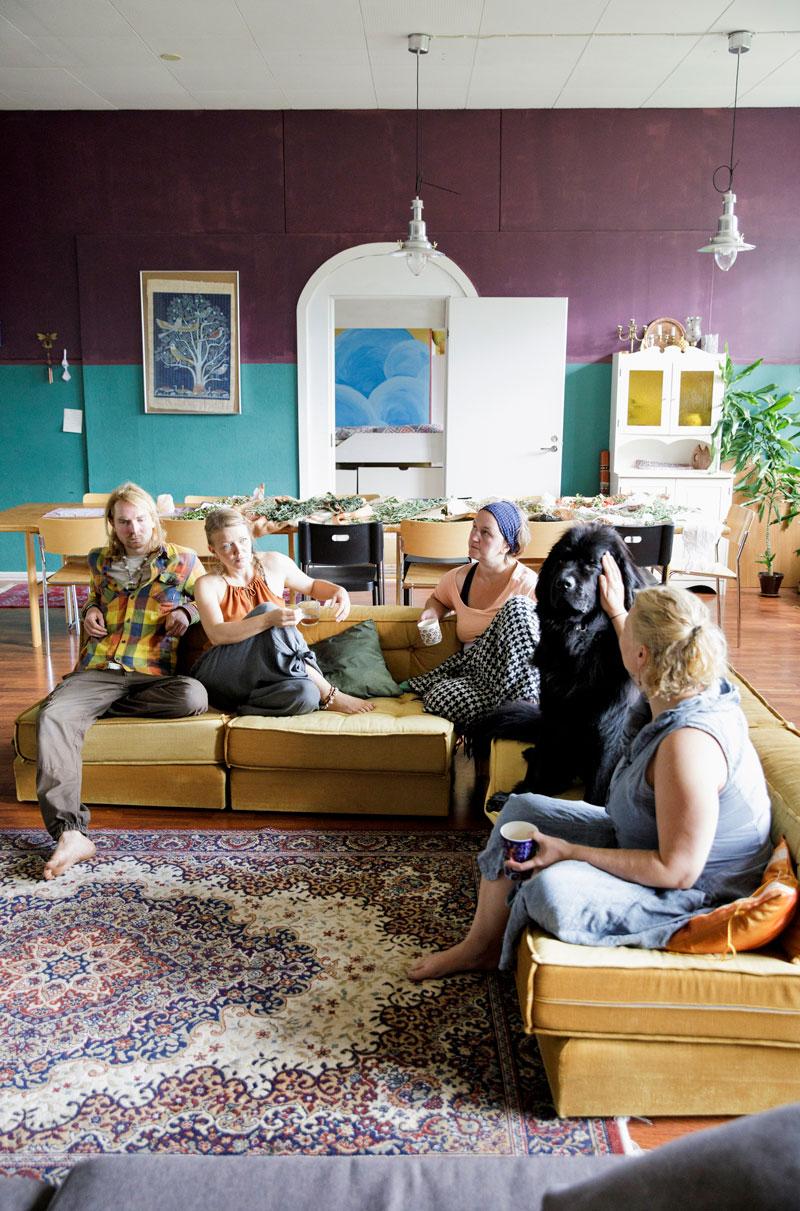 Kiireetön hetki olohuoneen sohvalla. Vasemmalta Jasper, Anni, Johanna Räsänen, Lysti-koira ja Sanna.