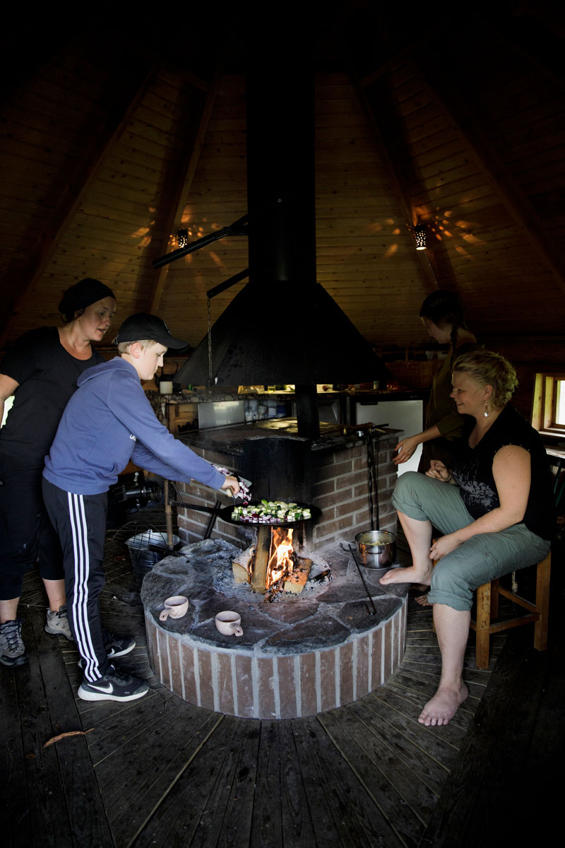 Johanna, Johannan poika Eetu ja Sanna valmistavat kodassa vihannessekoitusta.