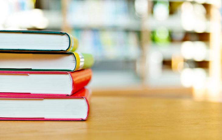 Kirjoja pinossa: uutuuskirja.