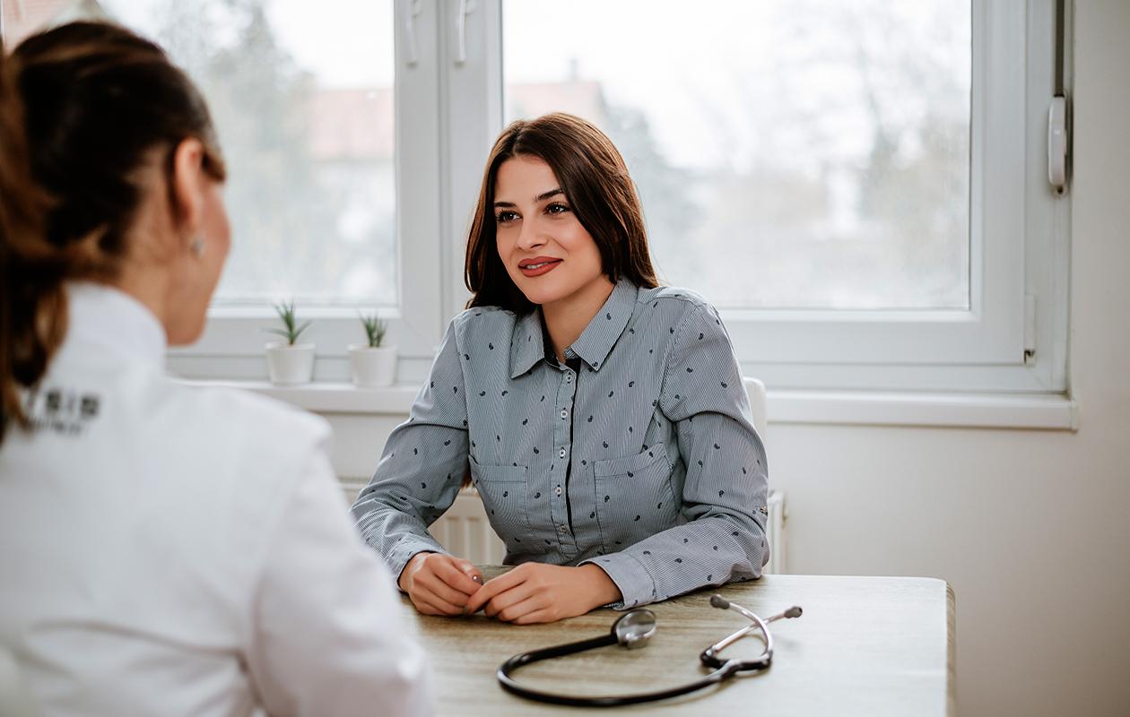 Potilas lääkärin vastaanotolla. Lyhenteet gynekologin tekstissä eivät aina avaudu ilman tulkkausta.