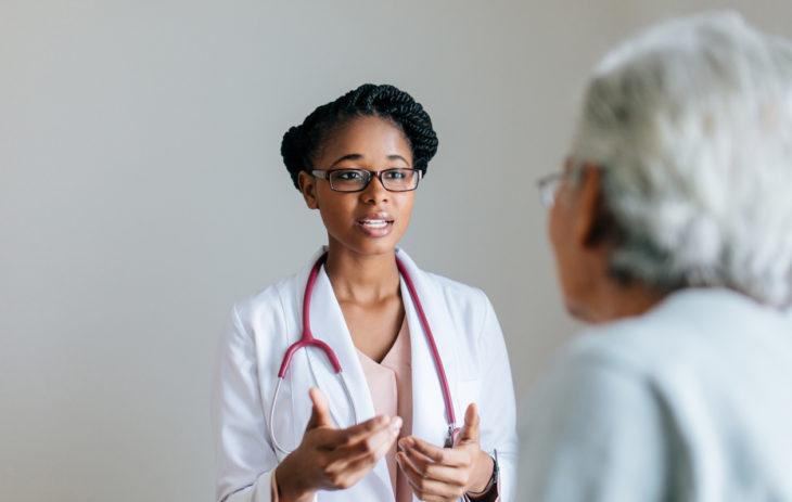 Lyhenteet gynekologin tekstissä voivat vaatia avaamista. Lääkäri selittää potilaalle.