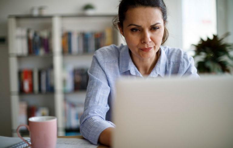 Työtön nainen tietokoneen ääressä.
