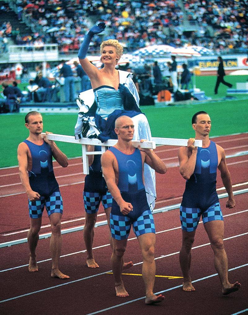 Oopperalaulaja Karita Mattila avasi yleisurheilun EM-kisat Helsingissä 1994. Markku Piri vastasi kisailmeestä sekä Karitan ja kisaorganisaation asuista.