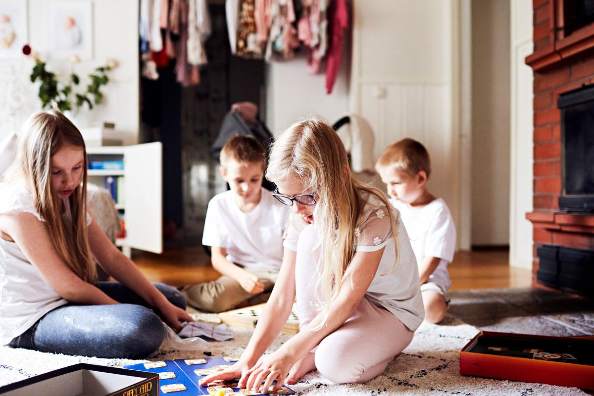 Kesällä kaikki tottuivat olemaan koko ajan yhdessä. Kun koulu alkoi, jokaisen oli opittava uusi rytmi. Siiri, Sohvi ja Eeli ovat päivät koulussa. Sisu jää äidin hoiviin pikkusiskojen kanssa.