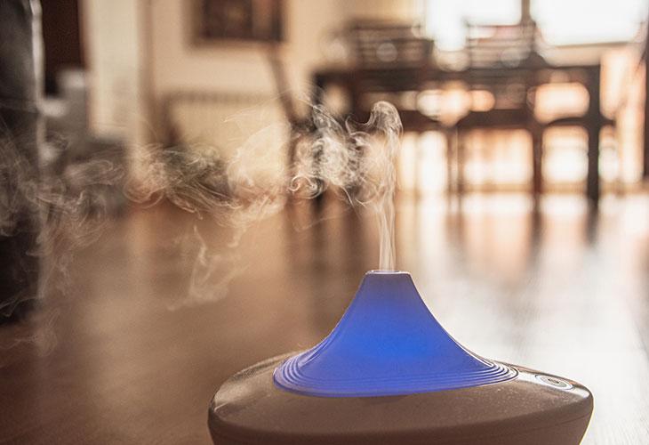 Eteeriset öljyt tuoksuvat hyviltä. Kuvassa höyrystin eli diffuuseri.