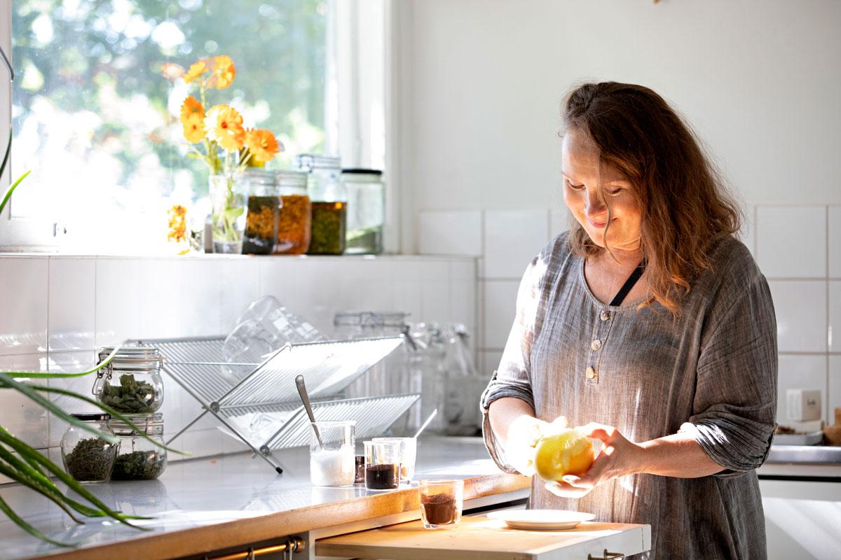 Mia Peltolalla on luonnonkosmetiikkatuotteita valmistava yritys Luoto Cosmetics. Mia näyttää, miten pihkavoide syntyy Harvaluodon koulun entisessä keittiössä. Myyntiin menevää erää valmistaessaan hän pukeutuu suojavaatteisiin.