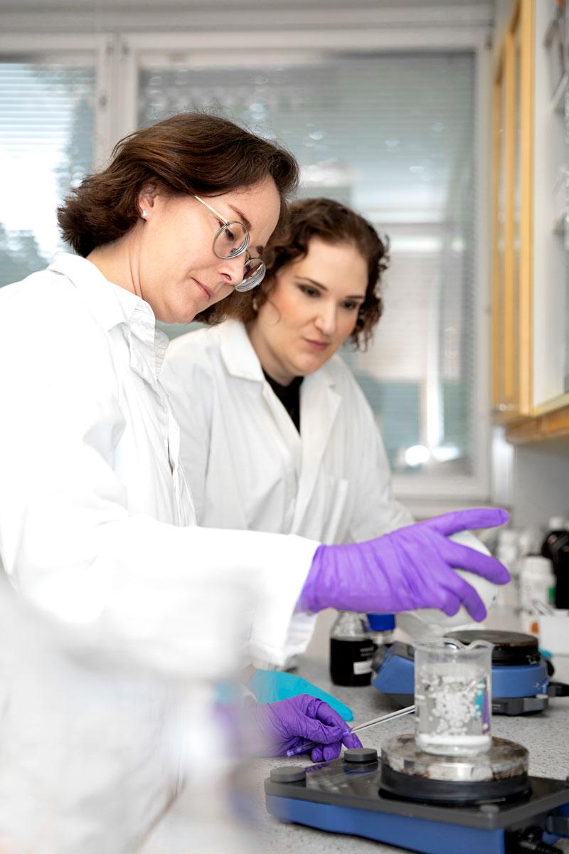 Raaka-aineiden tuotantomenetelmien pitää kestää päivänvaloa. Laponien Kristina Pentti ja Jaana Ailus vaativat tuottajilta kattavat dokumentit ja myös vierailevat tehtaissa, jos se on mahdollista.