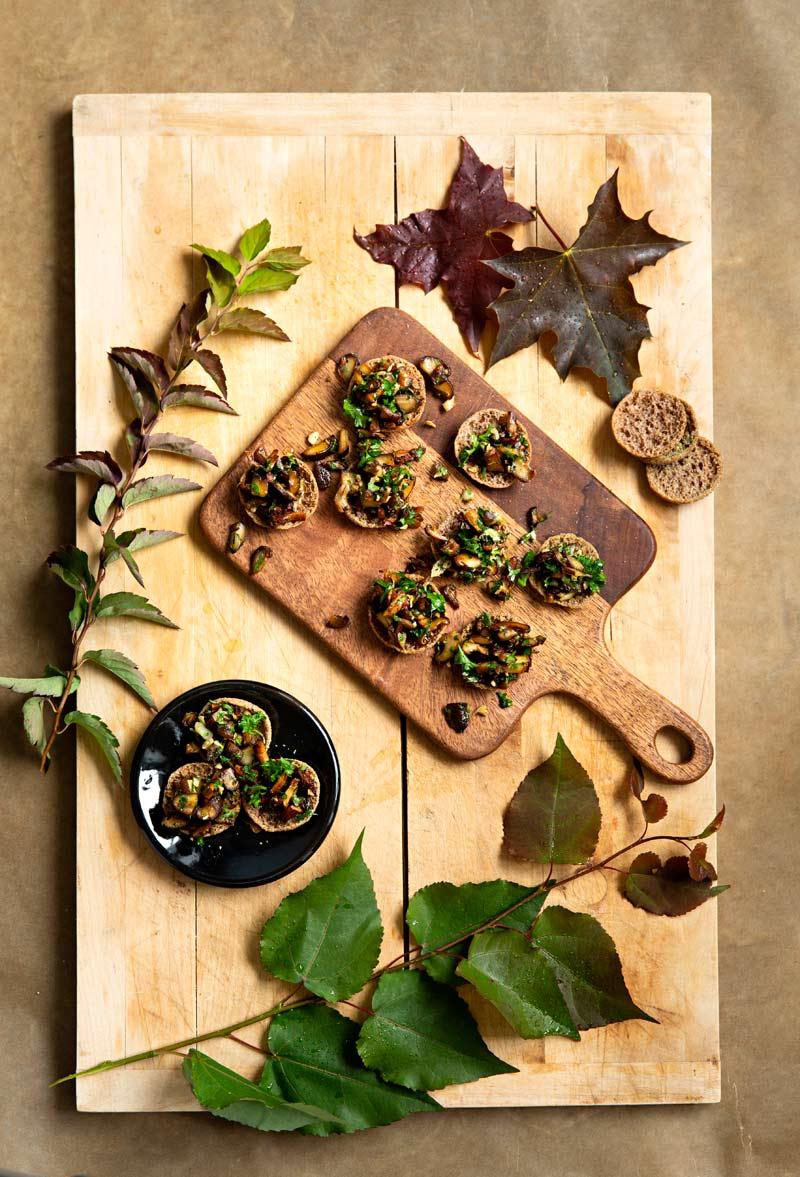paistetut sienet rapealla ruisleivällä