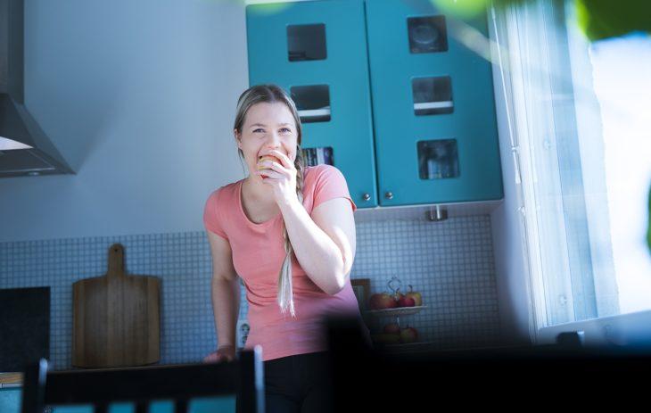 Syö, nauti, vapaudu. Heidi Sahlstedt innostui intuitiivisesta syömisestä niin, että perusti sitä varten oman Facebook-ryhmän. Kehon kuunteleminen paransi myös ruokasuhdetta.