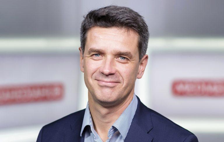 Tomi Einonen, 50, osallistuu lastenoikeusjärjestö Planin tempaukseen, jonka teema tänä vuonna on teknologia ja tasa-arvo.