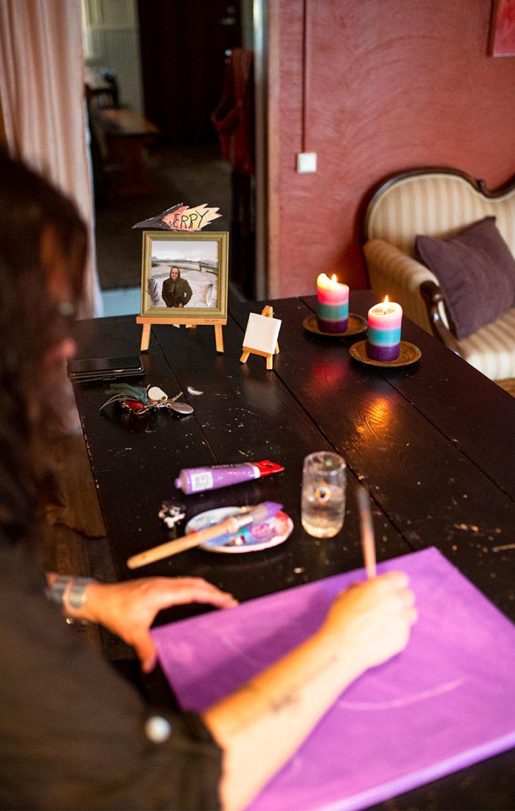 Riikka Sundberg pitää työhuoneen pöydällä kuvaa Jerrystä.