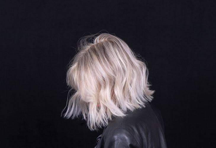 Lyhyet hiukset 2020 ovat nyt polkkamittaiset. Kuvassa vaaleahiuksinen nainen polkkatukassa.