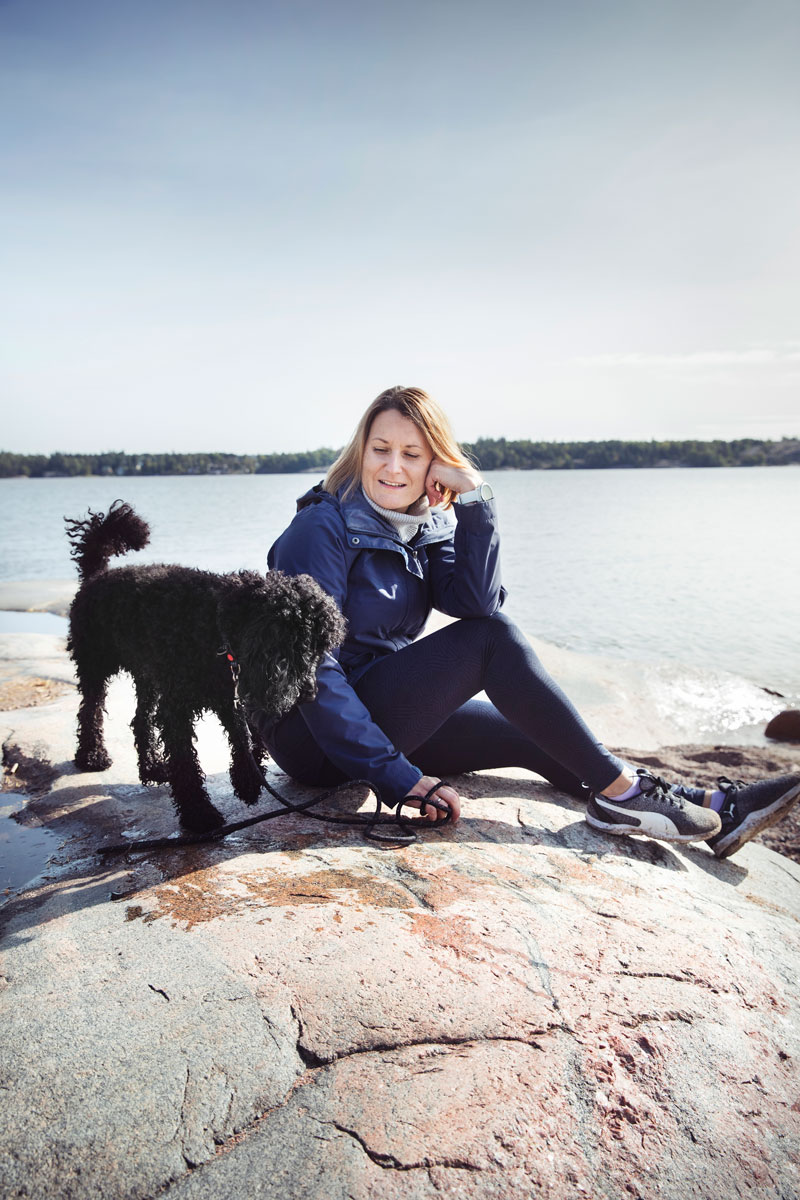 Laura Ruokokoski yrittää käyttää lomautusten tuoman vapaa-ajan hyväkseen liikkumalla ulkona mahdollisimman paljon. Kaverina kävelyretkillä on villakoira Rex.