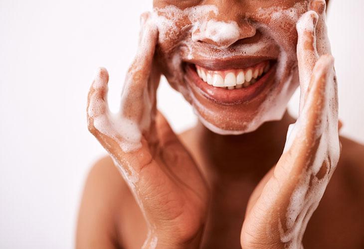 Mikrobiomi pysyy kunnossa, kun ihoa ei pestä liikaa.