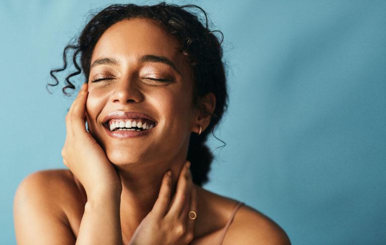 Mikrobiomi voi hyvin, kun siitä pitää huolen. Kuvassa hymyilevä nainen.