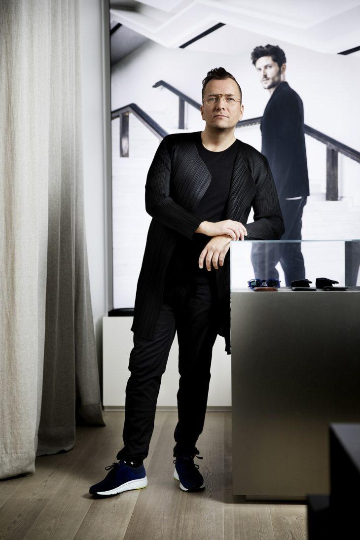 Tätä asua Antti kutsuu design-hässäkäksi. Paita on Issey Miyaken ja housut Dries van Notenin. Värikkäät sukat ovat Happy Socksin mallistosta.
