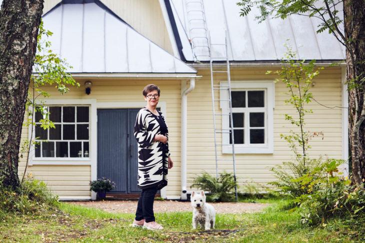 Liisa Lauerman vaarin 1920-luvulla rakentama talo on nykyään Liisan perheen kesäkoti. Mummola ja kylä sen ympärillä on Liisalle voimaannuttava turvapaikka.