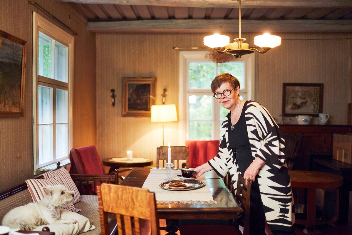 – Nautin, kun katson ympärilläni mummun kutomia ja ompelemia tekstiilejä ja vaarin veistämiä huonekaluja, Liisa Lauerma sanoo sukutalossaan.