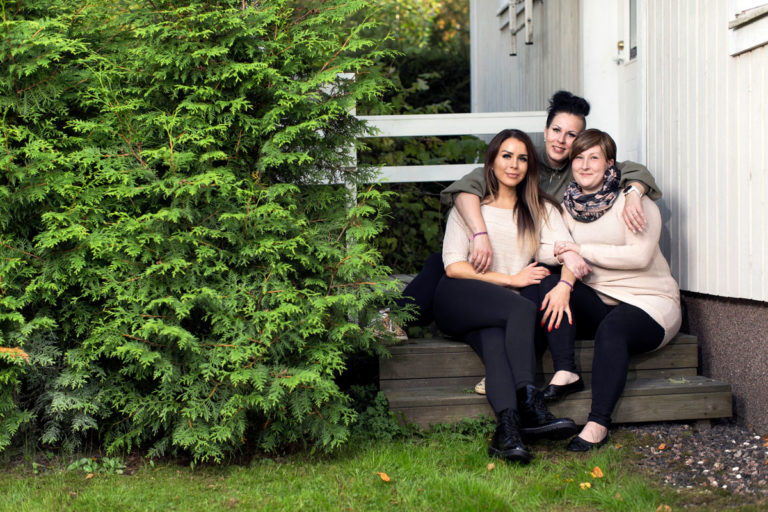 Niina Korhonen (oik.) ja hänen pikkusiskonsa Sari (vas.) ja Sanna Tolvanen ovat tukeneet toisiaan vaikeiden vuosien aikana.