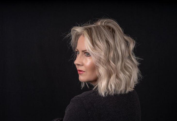 Hiusvärit 2020 inspiroituvat viileistä sävyistä. Kuvassa vaaleatukkainen nainen.