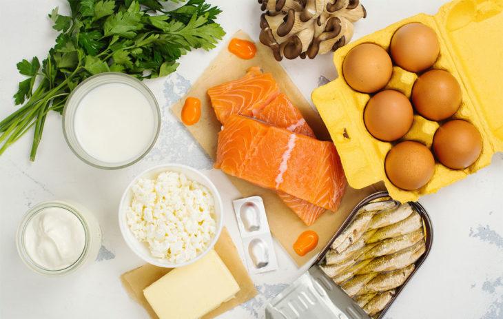 D-vitamiini: kuvassa D-vitamiinin lähteitä, kuten kalaa, maitotuotteita ja sieniä.