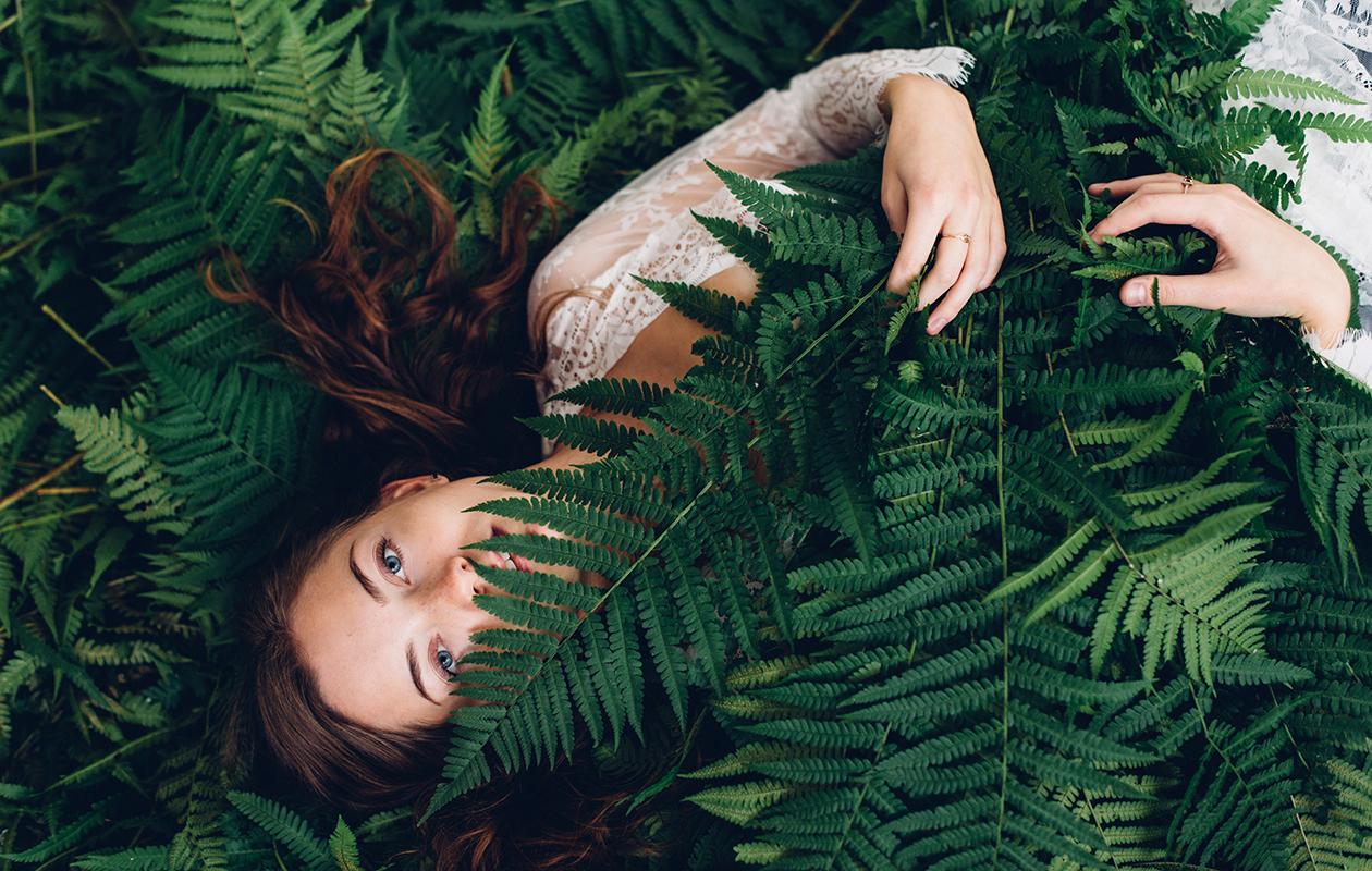 Kasvivärit koostuvat nimensä mukaisesti kasveista, kuvassa nainen luonnossa.