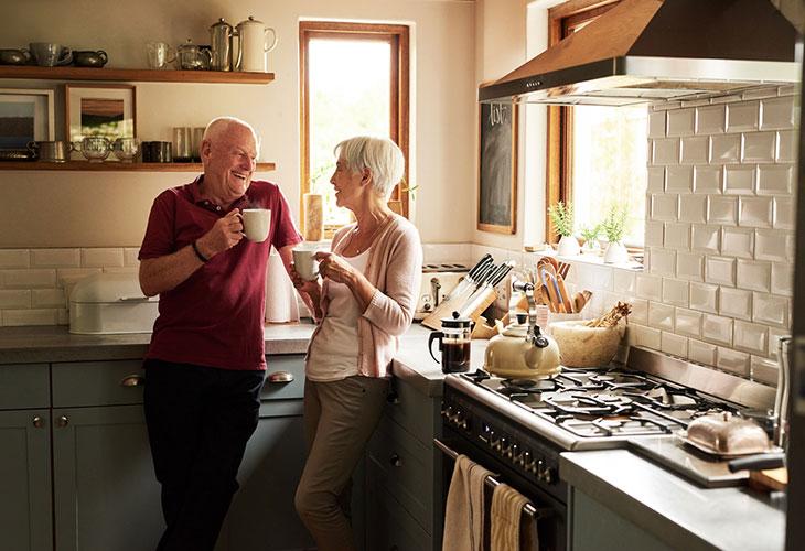 Kahvin juominen tyhjään vatsaan ei ole lääkärin mukaan vaarallista. Kuvassa pariskunta juomassa kahvia keittiössä.