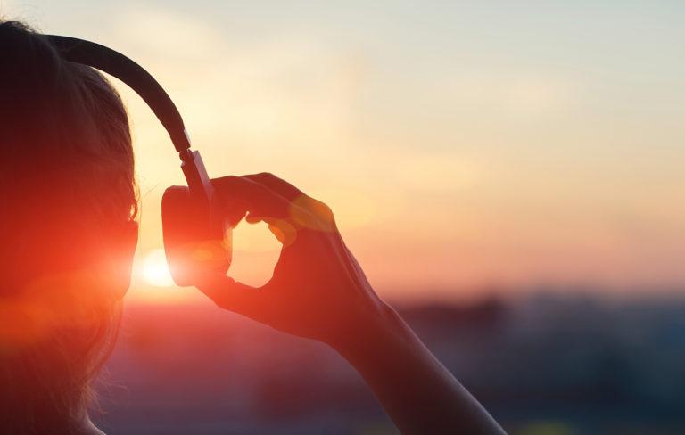 Voimabiisin voimaa – nainen kuuntelee musiikkia