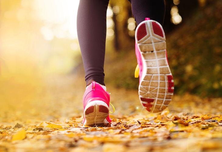 Pistävä kylkikipu on juostessa ikävä vaiva. Kuvassa henkilö lenkkipolulla.