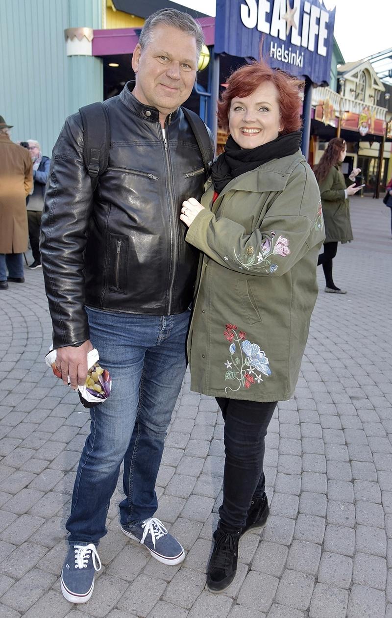 Nina Tapio ja Reijo tutustuivat töiden merkeissä.