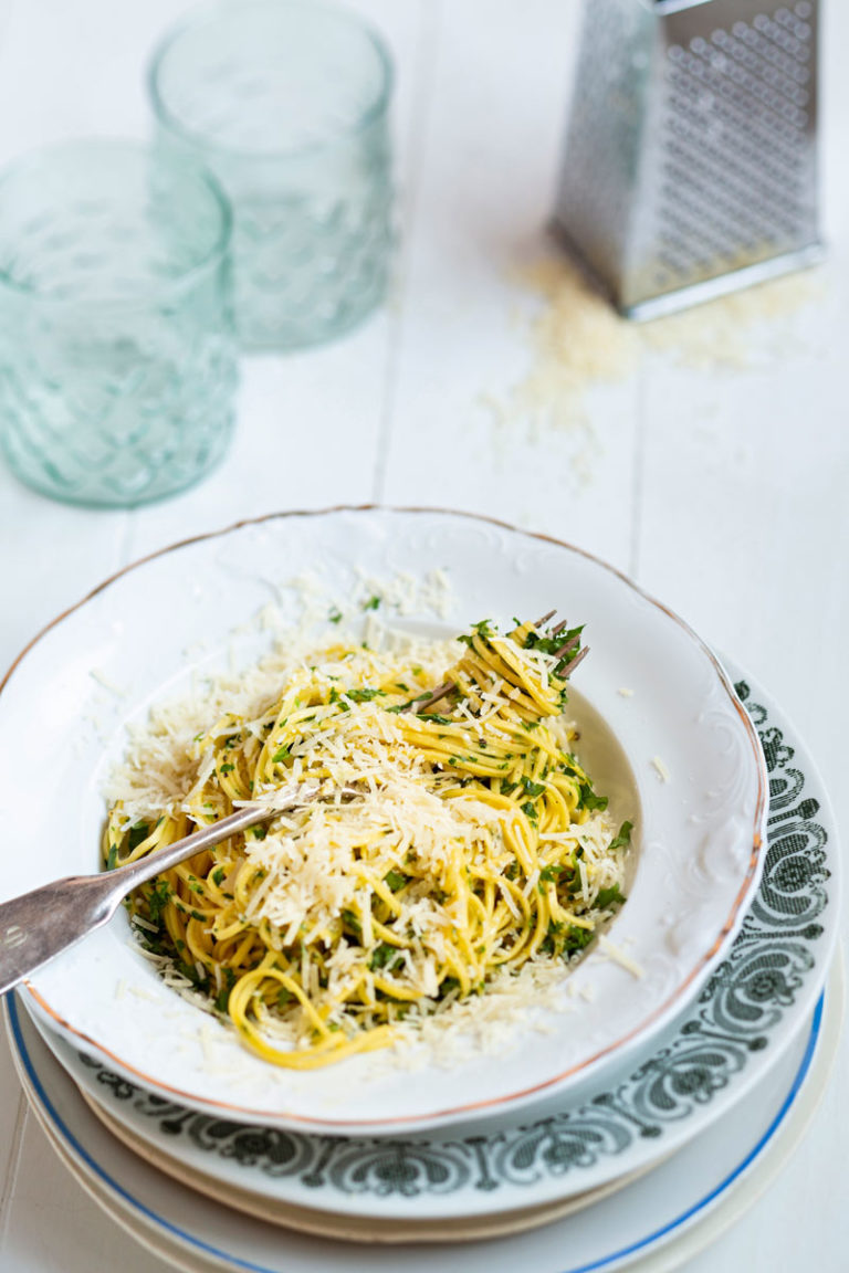 valkosipuli-parmesaanispagetti