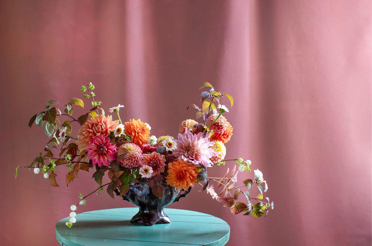 Anu Jokelan kukkakimppu syntyi Kupittaan saven vanhaan maljaan. Siihen pääsivät syksyn viimeiset daaliat. Tukena on villivadelman ja lumimarjan oksia. Pikkukukat ovat zinnioita.