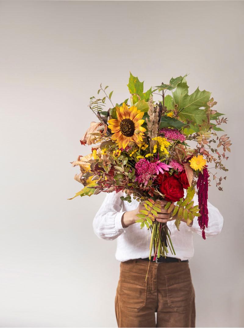 Saran jättimäinen kukkakimppu sisältää ruusuja, auringonkukan, revonhännän ja syksyn lehtiä.