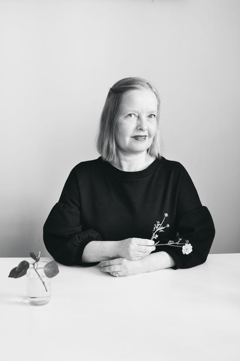 Anna Varakas on vapaa kirjoittaja ja viestintäyrittäjä, jota kukat rentouttavat.