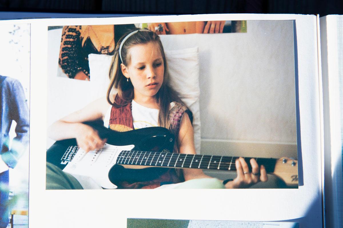 Oona Kapari alkoi soittaa kitaraa 7-vuotiaana.Kuva Kaparien kotialbumi.
