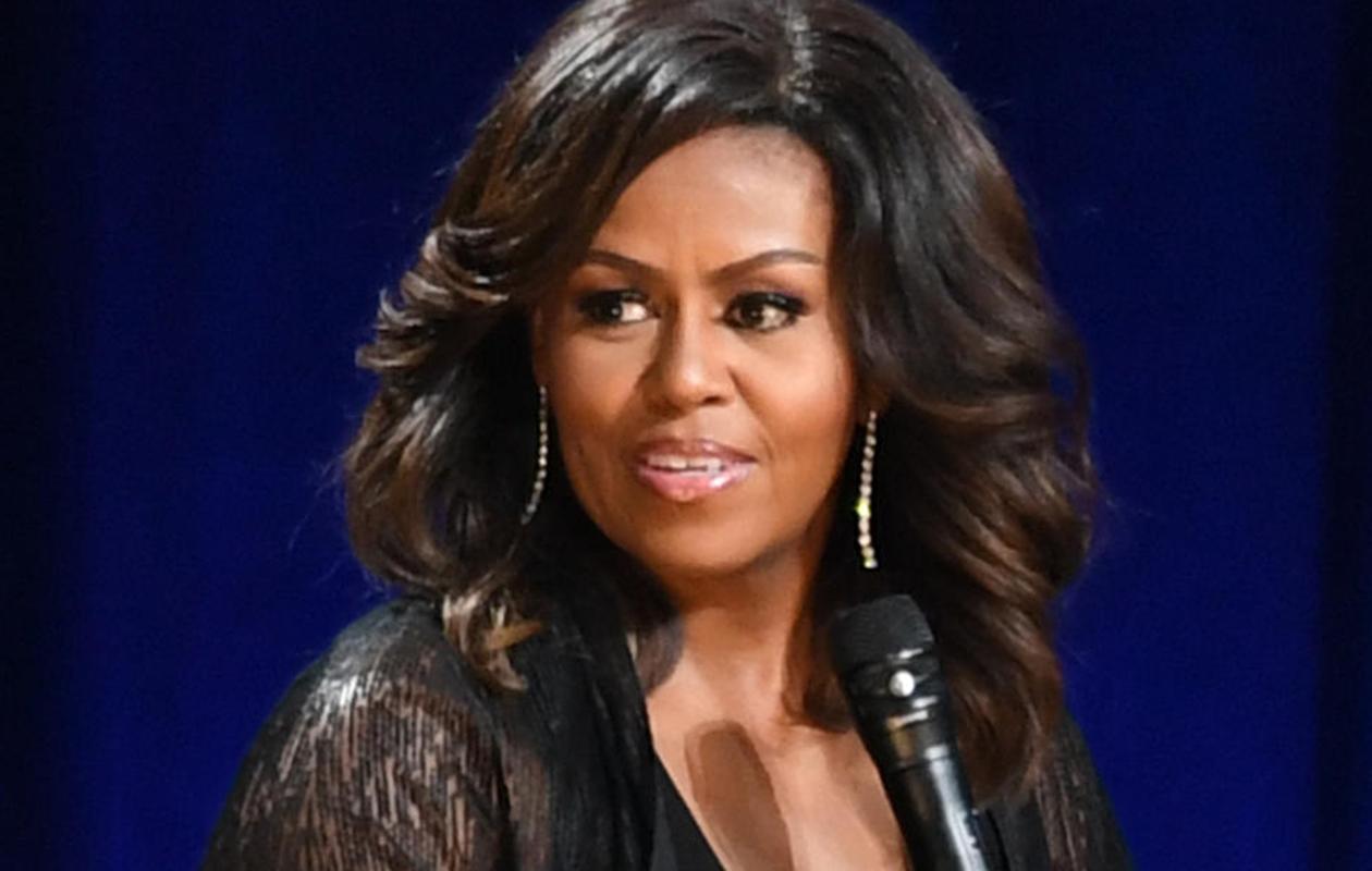 Michelle Obama tuo silmiinsä näyttävyyttä ripsienpidennyksillä.