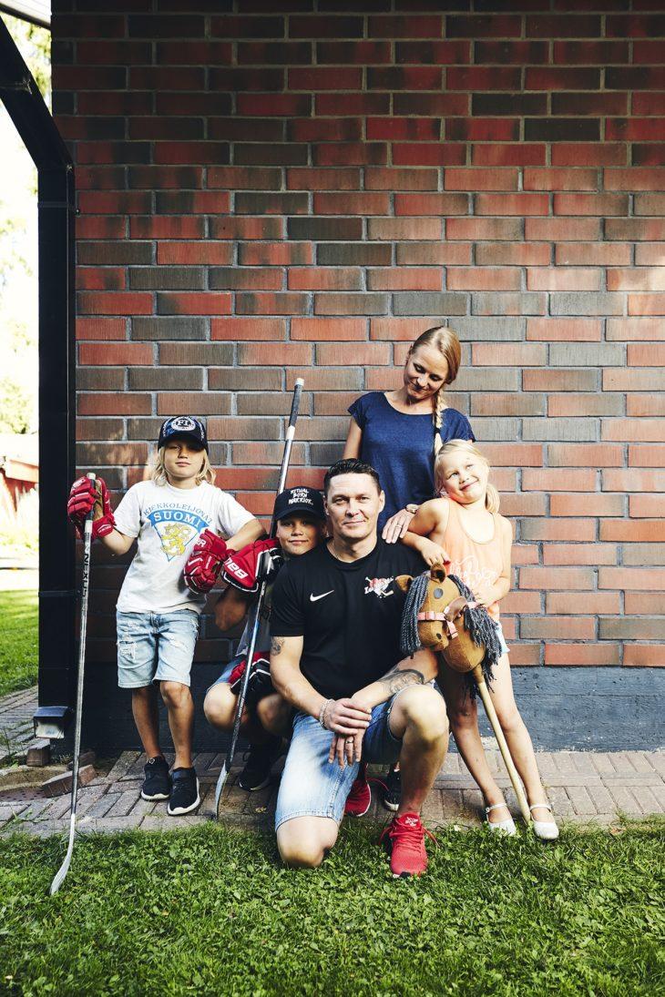 Icehearts-valmentajana työskentelevä Kari-Matti haluaa omille lapsilleen lapsuuden, jossa puuhataan paljon kotona koko perheen voimin. Kuvassa mukana vaimo Eveliina ja lapset Akseli-Eevert, Artturi-Eemil ja Aura-Emilia.