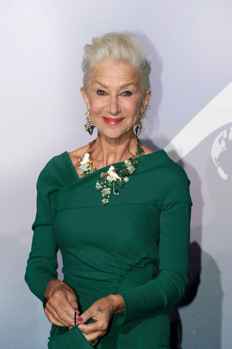 Helen Mirren todistaa, että maltillinen hehku korostaa kauniisti ikääntynyttä ihoa.