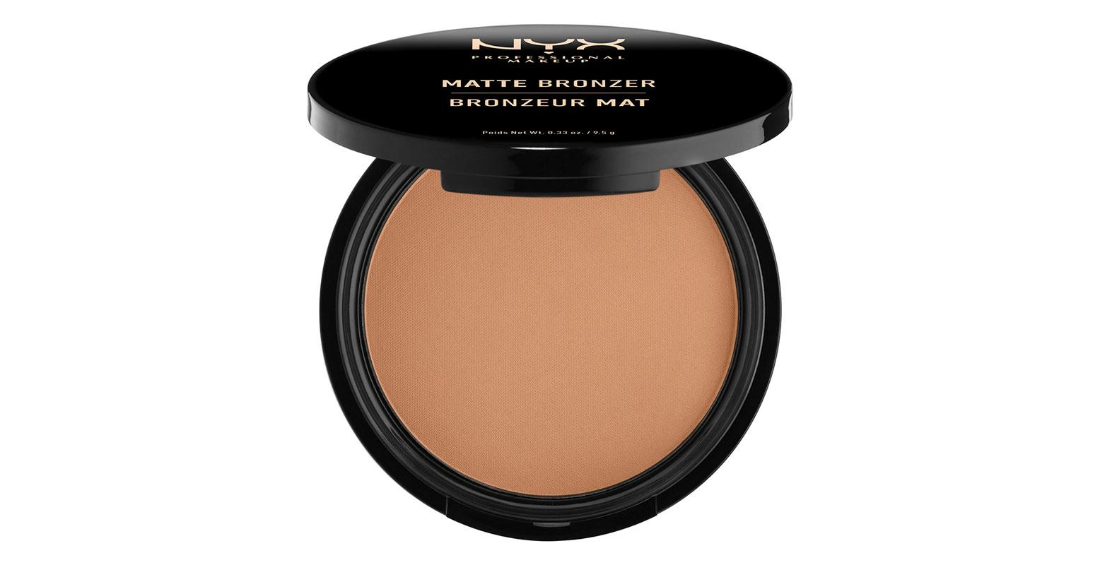 NYX Professional Makeup Matte Body Bronzer Blush Light on aavistuksen punertava aurinkopuuteri, ja siksi sitä voi käyttää myös poskipunan sijaan, 11,50 e.