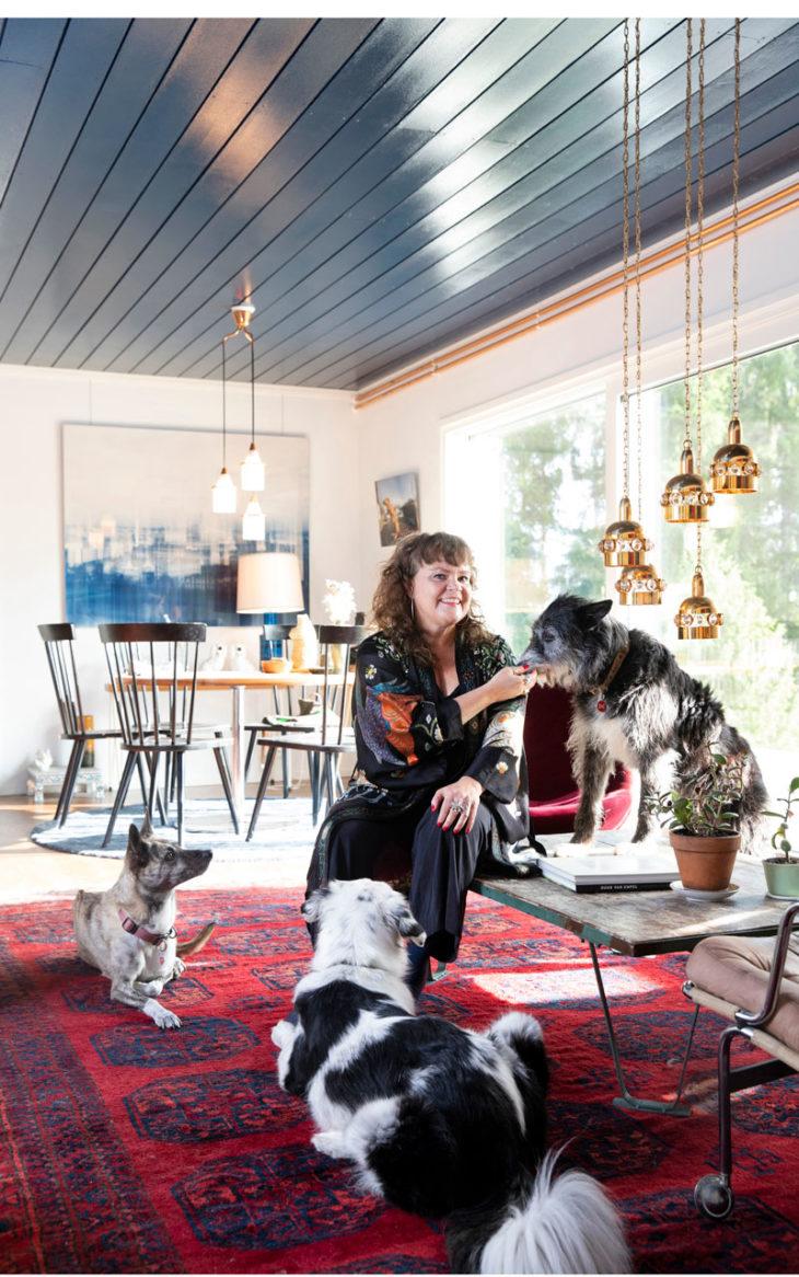– Monet mielipiteeni ovat varmaankin erilaiset kuin muilla täällä asuvilla, Heli Mäenpää sanoo ympärillään rescue-koirat Leika ja Lucky. – Mutta kun keskittyy kaikkia yhdistäviin asioihin, syntyy ystävyyttä.