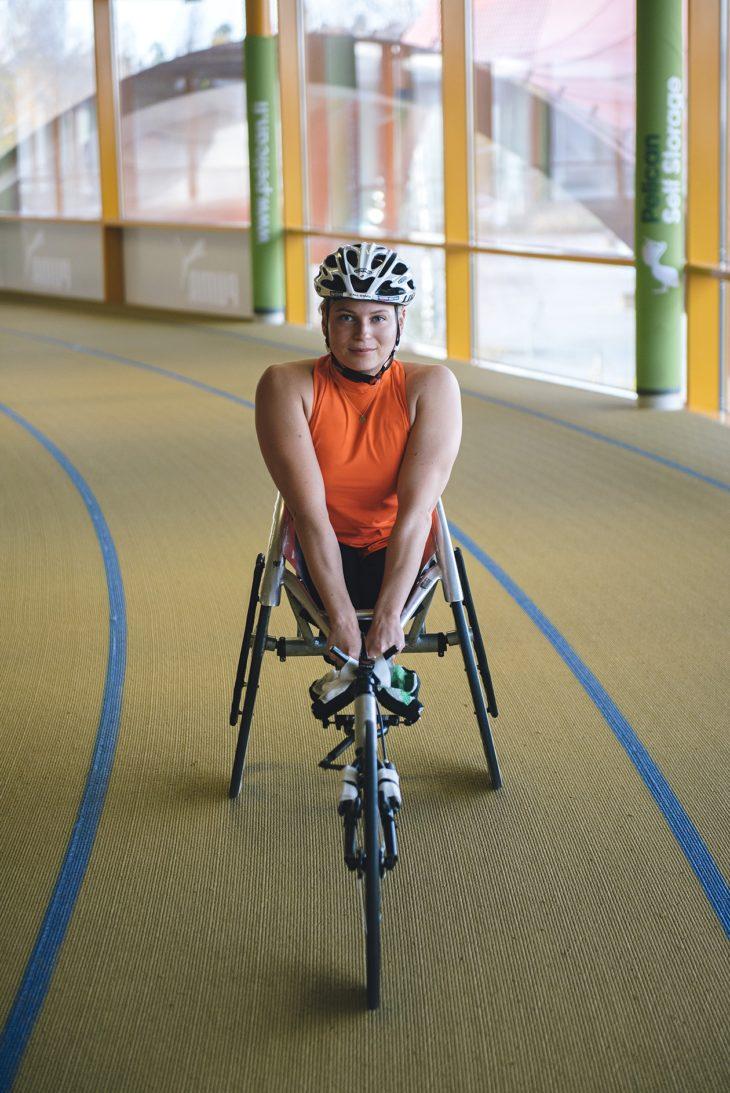 – Koen ristiriitaisia tunteita vammattomiin urheilijoihin nähden. Joskus tuntuu, että viemme vain resursseja – joskus taas tulee hieno yhteenkuulumisen tunne, ratakelaaja Amanda Kotaja sanoo.