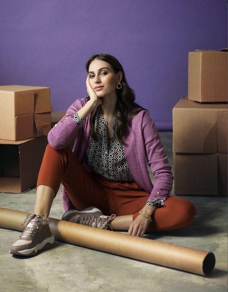 Marjapuuronpunainen neuletakki ja oranssit housut muodostavat tehokkaan yhdistelmän.