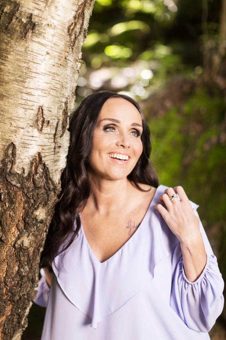 Anitra Ahtola halaa puuta.
