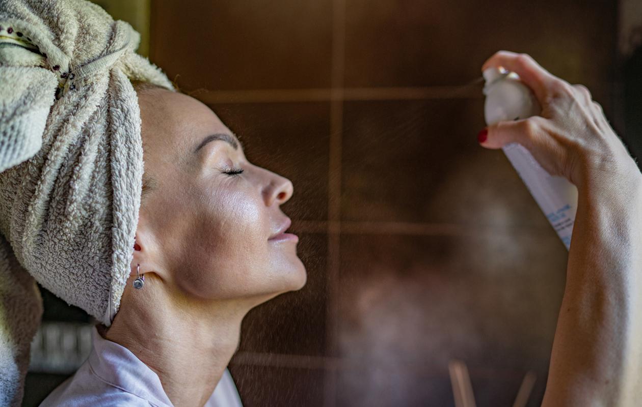 Ihonhoitorutiinit: suihkutettava kasvovesi on parempi raikastaja iholle kuin vesipesu.