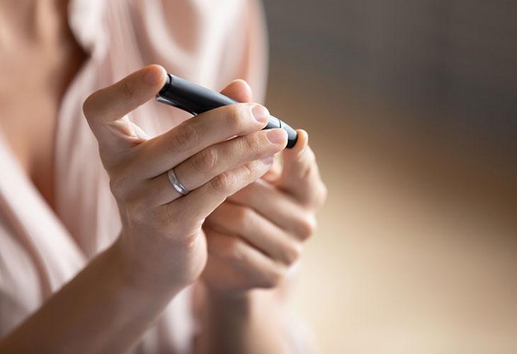 Tyypin 1 diabetes on vakava sairaus. Kuvassa nainen mittaa verensokeria sormenpäästä.