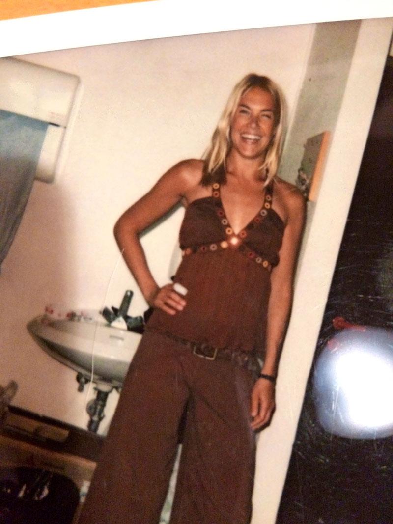 Ella Kanninen muutti Italiaan 2004. Kolme vuotta aiemmin hän oli alkanut seurustella italialaisen miehen kanssa. Iho on päivettynyt Italian auringossa.