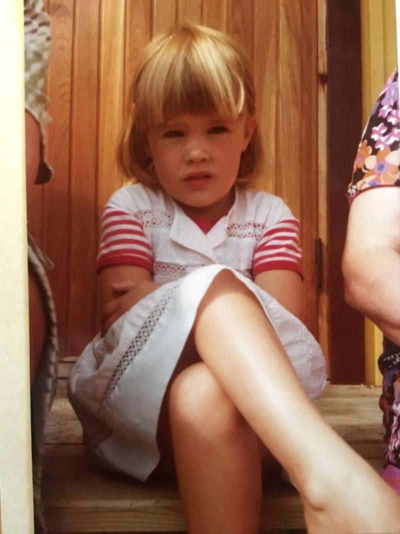 Jo lapsuudessa aurinko teki vaaleita raitoja Ellan hiuksiin.